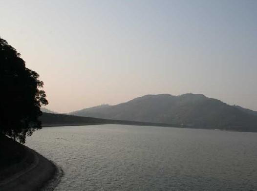 又称东湖,位于灵山县城东14公里,在号称灵山第一峰的罗阳山翠峦环抱中,高山出平湖,水色湛蓝,似是一面明镜。 该水库始建于1958年,当时全国兴修的十大水库之一,景区总面积728万平方米,现在已建设成为以灌溉防洪为主,兼发电、种养、旅游等综合利用,风景秀丽的人造湖,是水利部重点联系的大型水库之一,被列入广西滨海旅游风景区。 水库东西走向,呈狭长形,水平直线长15000米,最宽处3150米,水面面积667万平方米。水云间15个岛屿,大则几千平方米,小则几百平方米,在水中央的天湖岛上建有天湖岛度假村。水库大坝