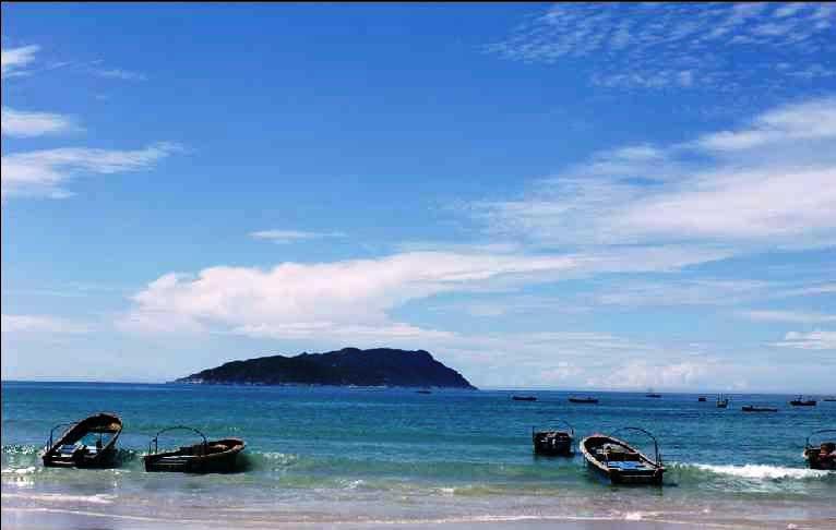这里有美丽的海湾、洁白松软的沙滩曲折悠长,伸向远方的港门港口。目前岛上已发现泉眼八处。神州半岛最奇的还是千奇百怪的石头。离海岸几十米远的石岛,是大自然鬼斧神工的杰作。公鸡石、钓鱼石、观鱼石、乌龟石等等,随着潮涨潮落,变化万千。半岛的背部为风平浪静的内海,其海岸线曲折,狭宽不一,沿岸植物郁郁葱葱,倒影水中,仿佛人间仙境。浅水岸边,海浪的泡沫冲洗着斑润的贝壳;入秋后海渔场。渔舟如梭网群如云,在海滩上拉绳。收网时生蹦活跳的鱼虾在阳光下银光闪闪广阔的深海处群群渔船在追捕马骏鱼、拾一鱼、西刀鱼、墨鱼等。观赏渔场繁