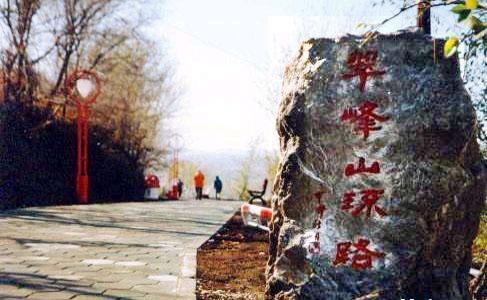 翠峰山风景区位于曲靖市麒麟区西山乡西郊,距市中心仅11.5公里.